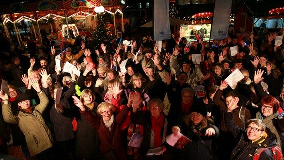 Party Weihnachtslieder.Das Weihnachtslieder Singen In Altona Ndr De Hand In Hand Für