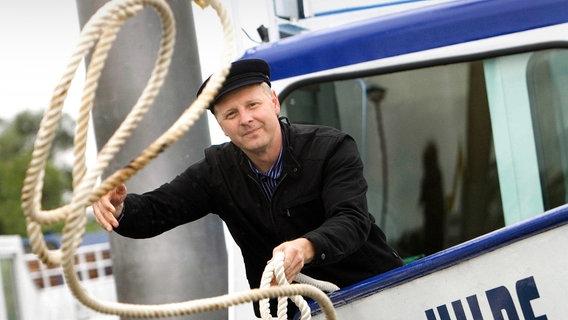 Kapitän wirft ein Seil © picture-alliance/ dpa Foto: DB Andreas Tamme