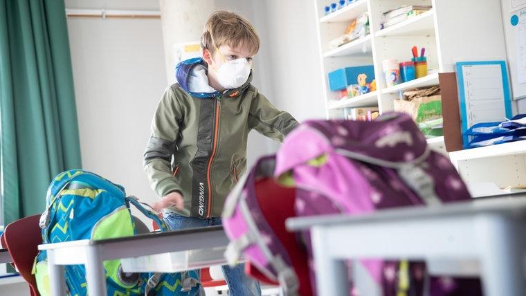 Ein Junge mit Mundschutz in der Schule. © picture alliance Foto: Christian Charisius
