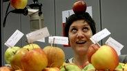NDR 90,3 Moderatorin Jennifer Hansen zwischen Äpfeln  Foto: Uta Meier-Hahn