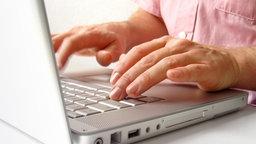 Hände auf der Tastatur eines Laptops. © fotolia Fotograf: bufalo66