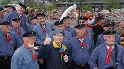 Freddy Quinn und Chormitglieder. Foto: Christian Ahrens © picture-alliance / dpa/ dpaweb Foto: Ulrich Perrey