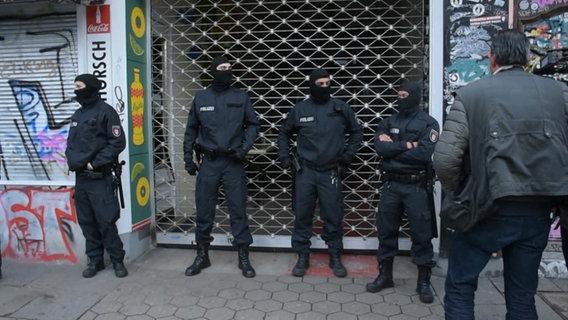 Polizei kontrolliert Maxwell Drogen- und Waffen-Razzia bei der