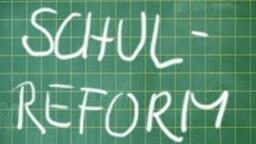 Schultafel mit Aufschrift: Schulreform ,  ja- und nein-Kreis zur Wahl ohne Kreuz (Montage) © Hamburg: picture-alliance / dpaTafel: Fotolia.com Fotograf: Hamburg: Soeren Stache, Tafel: Ulrich Müller