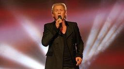 Der Sänger Johnny Logan bei einem Auftritt © picture alliance / dpa Foto: Bodo Schackow