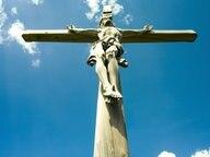 Hölzerne Kreuzigungsdarstellung gegen den Himmel fotografiert © picture-alliance / CHROMORANGE Foto: CHROMORANGE