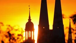 Sonnenaufgang hinter den Kirchtürmen von Michel und St. Petri © Picture Alliance/ Wolfgang Zabel Foto: Wolfgang Zabel