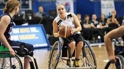 Mareike Miller (M.) beim Basketballspielen
