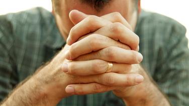 Mann senkt den Kopf in die Hände © Picture Alliance