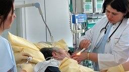 Ein Schlaganfall-Patient wird untersucht © picture-alliance/ ZB Fotograf: Wolfgang Thieme