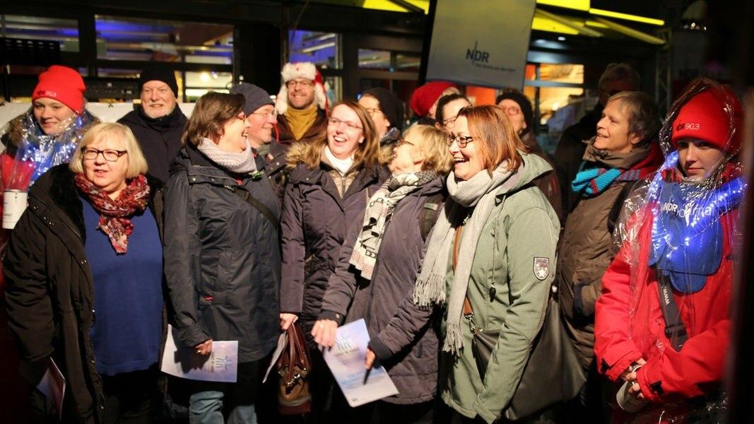 Weihnachtslieder Zum Singen.Das Weihnachtslieder Singen In Eimsbüttel Ndr De Hand In Hand