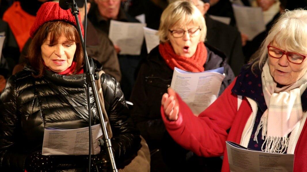 Weihnachtslieder Zum Singen.Das Weihnachtslieder Singen In Wandsbek Ndr De Hand In Hand Für