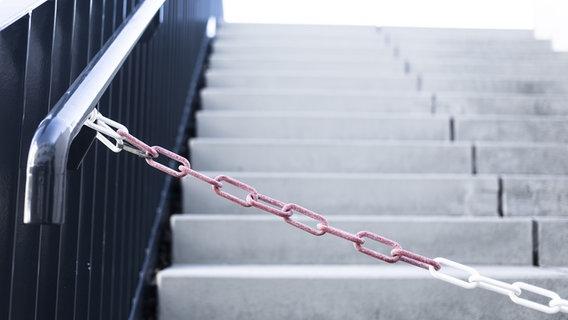 Eine Absperrung an einer Treppe. © picture alliance Foto: OBERWEGER GEORG picturedesk.com
