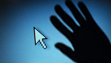 Der Schatten einer Hand liegt über einem Monitor mit Pfeil. © fotolia.com, photocase Foto: ratcom , basilius