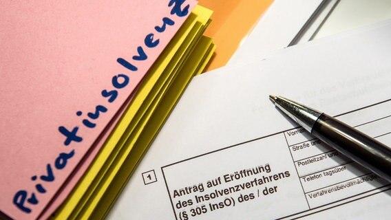 Eine Akte und ein Antrag auf Privatinsolvenz. © picture alliace Foto: Alexander Heinl