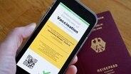 Symbolbild eines möglichen digitalen Impfpasses und eines Deutschen Reisepasses © Picture Alliance / Flashpic Foto: Jens Krick
