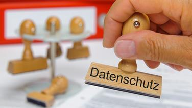 """Eine Hand hält einen Stempel mit der Aufschrift """"Datenschutz"""" in der Hand. © Colourbox Foto: Wolfgang Filser"""