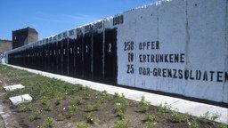 Teil der Berliner Mauer mit Zahlen der Opfer, die an der Mauer verstarben. © colourbox