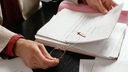 Detailansicht eines Schreibtisches mit einer Unterschriftenmappe