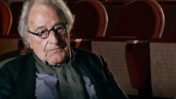 Der Journalist Peter Merseburger sitzt in einem Fernsehstudio. © NDR