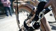 Ein Fahrrad ist mit einem Schloss festgemacht © picture alliance / dpa Themendienst Fotograf: Inga Kjer
