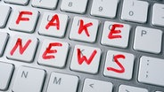 """Tastatur, auf der mit rotem Filzstift """"FAKE NEWS"""" geschrieben steht. © fotolia Fotograf: designer491"""