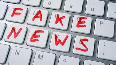 """Tastatur, auf der mit rotem Filzstift """"FAKE NEWS"""" geschrieben steht. © fotolia Foto: designer491"""