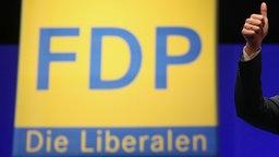 Das Logo der FDP und ein hochgestreckter Daumen. © dpa-Bildfunk Foto: Hannibal Hanschke