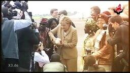 Merkel betreibt Entwicklungshilfe in Afrika.