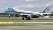 Die US-Präsidentenmaschine Air Force One landet in Hamburg