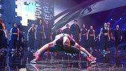 51 Tänzerinnen und Tänzer der Apache Crew auf der Bühne beim zweiten Halbfinale