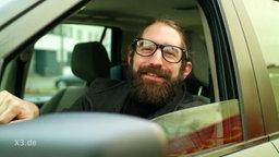 Ein Mann in einem Auto