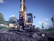 Bagger gräbt den Radweg um.