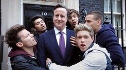 Cameron mit Boyband.