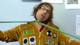 Dickie Schubert macht eine Übung mit der sogenannten grünen Schlange