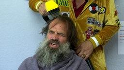 Dickie Schubert schneidet Christoph die Haare.