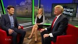 """Extra 3""-Moderator Christian Ehring mit Kirstin Warnke und ""Donald Trump""."