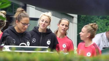 Spielerinnen des DFB Frauen-Nationalteams in einer Reihe am Buffet