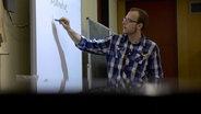 Der angehende Lehrer Sebastian Korff unterrichtet Musik und Physik. © NDR, honorarfrei