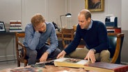Prinz Harry und Prinz William schauen sich ein Fotoalbum an. © NDR/Oxford Film & Television, honorarfrei