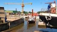 Die Buschmann-Werft wurde 1882 in Hamburg auf der Veddel gegründet und wird heute in vierter Generation geführt. Sie hat sich einen Namen gemacht für die Reparatur von Frachtern und Yachten. © NDR, honorarfrei