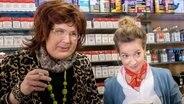 Ein norddeutsches Unikum: Kioskbetreiberin Heide Klamke (Gernot Haas) mit ihrer Nichte Lotti (Angelika Strahser) © NDR/Kilian Alexander Flitsch, honorarfrei