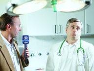 Ein Reporter und ein Arzt in einem Untersuchungszimmer.