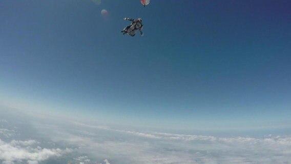 In Mecklenburg-Vorpommern | Fallschirm öffnet sich nicht - Mann (67) tot!