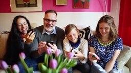 Eine Familie an ihren Handys.