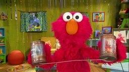 Elmo mit einem Dosentelefon.