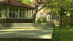 Blick auf Gebäude und Garten des Jugendheim Friesenhof.