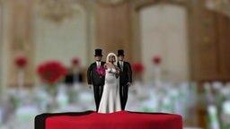 Hochzeitstortenfiguren. Eine Braut mit zwei Bräutigammen.