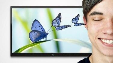 Schmetterlinge fliegen aus einem Monitor zu den Ohren eines Menschen mit geschlossenen Augen. © fotolia Foto: rangizzz, adimas, Robert Kneschke, design-jegg, joda