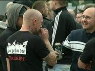 Hooligans auf einer Demonstration.